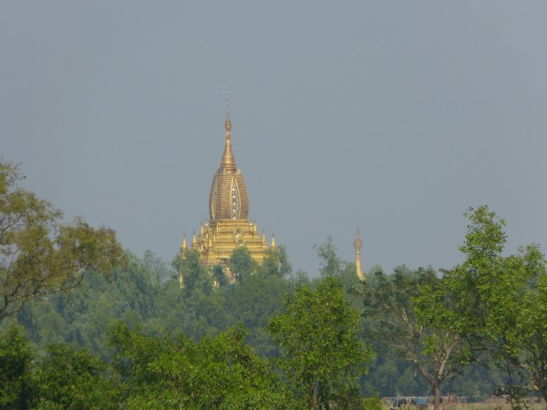 Pagode am Fluss vor Pathein